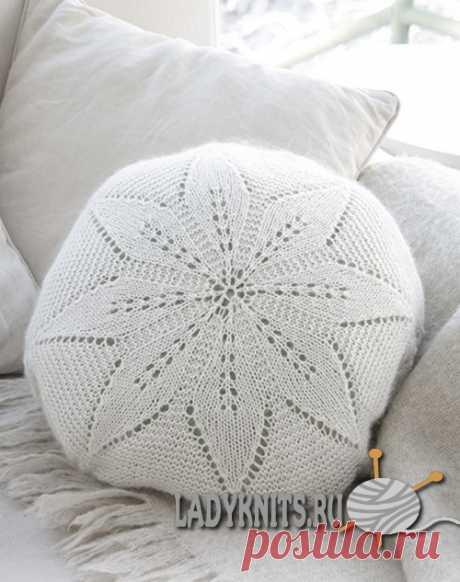 "Вязаный спицами чехол на подушку ""Белый цветок"""