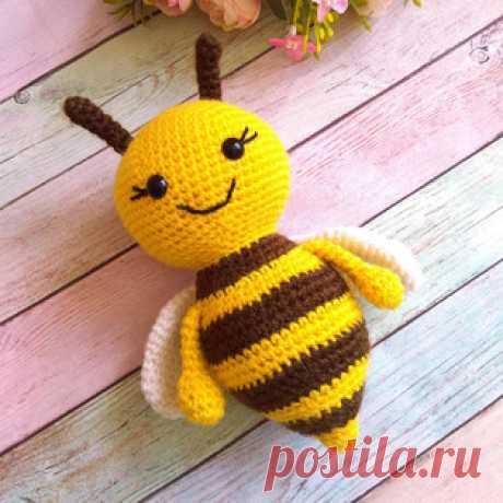 Пчёлка амигуруми. Схемы и описания для вязания игрушек крючком! Бесплатный мастер-класс от Елены Насушной по вязанию пчёлки крючком. Высота вязаной игрушки примерно 16,5 см вместе с усиками. Для изготовления такой…
