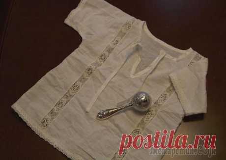 Крестильная рубашка для мальчика с отделкой кружевом Для работы понадобится: - ткань натуральная: хлопок, сатин, батист, бязь, тонкий лён (у меня батист советских времён), - нитки в тон, - ножницы, - приспособлениедля изготовления косой бейки; - бумага ...