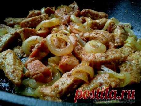 La carne de cerdo frita con la cebolla.