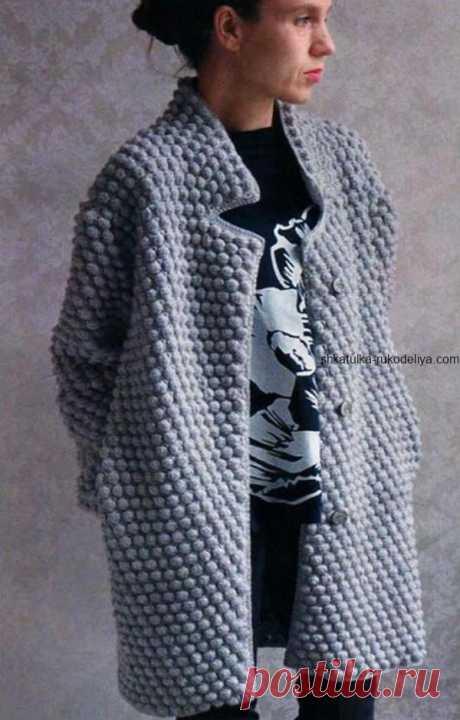 Серое пальто с узором шишечки Серое пальто с узором шишечки крючком. Вяжем крючком короткое пальто крючком