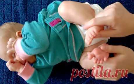 Ее малышка никак не захотела засыпать. Тогда она взяла в руки ее ножки, и произошло чудо! . Милая Я