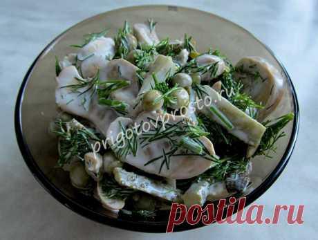 Простой салат с консервированными шампиньонами - постно, но вкусно