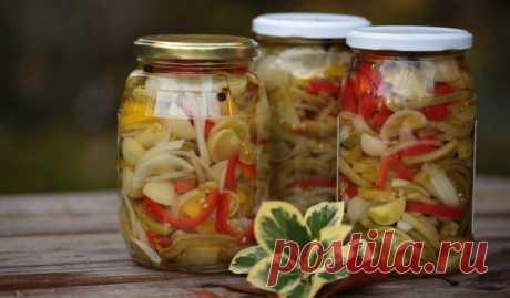 Салат из зелёных помидоров с луком и перцем на зиму - Лайфхакер