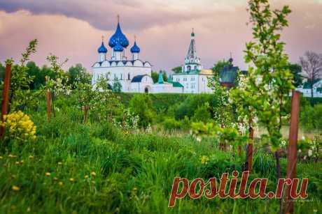 «Суздаль, на закате перед грозой». © Сергей Ершов  Будущий цветущий яблоневый сад.