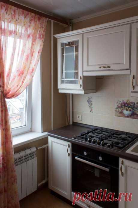 Дизайн маленькой кухни 6 кв. в классическом стиле с газовой колонкой (18 фото)