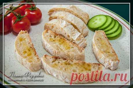 Чиабатта — итальянский хлеб с хрустящей корочкой Чиабатта—итальянский хлебс хрустящей корочкой и ноздреватым мякишем. Самое сложное в приготовлениичиабатты— это вымесить тесто. Так что лучше для замешивания воспользоваться техникой. Посколь…