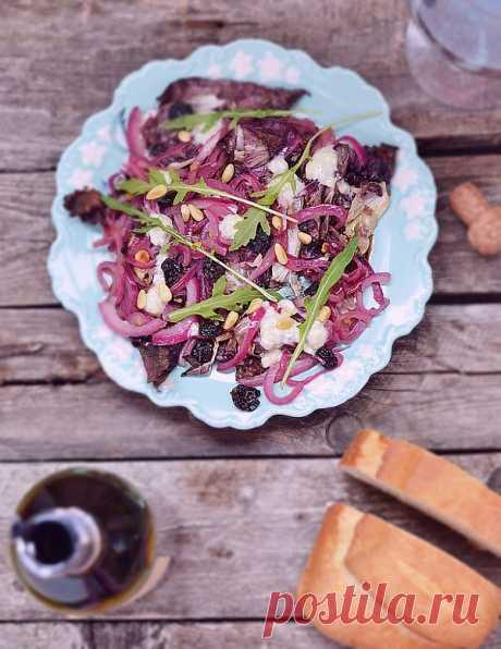 La ensalada con radikkio (la variedad de la achicoria ordinario) y gorgonzolom (¡un de los quesos más conocidos italianos, que se distingue característico ostrovatym el gusto)!