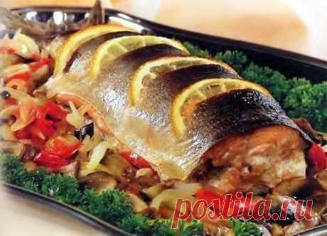 Маленькие хитрости при приготовлении рыбы  1. Перед обработкой рыбы, поместите ее в посуду с водой, если рыба тонет она свежая, если нет, то откажитесь от приготовления данного продукта.  2. Для устранения сильного запаха при жарении рыбы в растительное масло положите одну картофелину, очищенную и нарезанную ломтиками.  3. Рыбный бульон солят в самом начале варки.  4. Соленую рыбу, прежде чем разделывать, заливают холодной водой, чтобы она слегка набухла – тогда ее легче б...