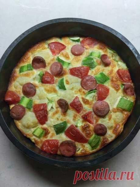 Яичная запеканка с овощами и колбаской - приготовила улётный завтрак в воскресный день, съели всё - ФотоРецепт - медиаплатформа МирТесен Яичная запеканка с цветной капустой, кабачками, помидорами и сосисками - рецепт для разнообразия в Вашу копилочку Ингредиенты Цветная капуста - 300 гр. Помидоры - 1 шт. Кабачки - 1 шт. Сосиски - 2 шт. Яйца - 3 шт. Сметана - 150 мл. Соль - по вкусу 1 час, порций:4, ЛегкоДля приготовления запеканки