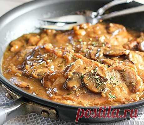 Свиные отбивные в грибной подливке. Удивляйте гостей    Сытно и очень вкусно!             ИНГРЕДИЕНТЫ  2 чайные ложки оливковогомасла 6 на кости или без костей свиных отбивных 500 грамм грибов — нарезанных 1 чашка лука, нарезанного ¾ чашки куриного б…