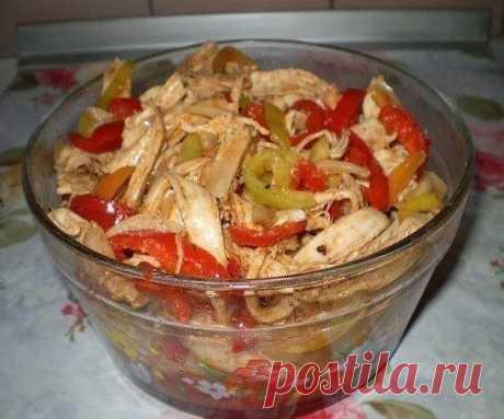 """""""КУРИЦА ХЕ""""  Ингредиенты: - 1 куриная грудка - 2-3 шт. болгарских сладких перцев(красивее если разноцветный) - 1 большая луковица - растит. масло, - уксус, - соль, - 0,5 ч.л. красный горький и 1/3 ч л черный молотые перцы, - 1 ст.л. приправы для корейской моркови (острая), - 1 ст.л. томатной пасты (пропорции приправ написала приблизительно-я делаю """""""