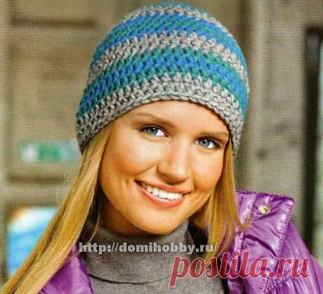 Полосатая шапка крючком разноцветными полосками подойдет для всех случаев на отдых или повседневной работы. Еще один плюс – можно использовать различные остатки ниток.