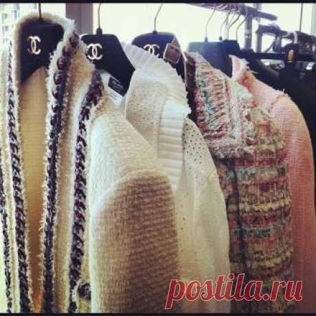 El acabado de las chaquetas CHANEL (el tráfico) la ropa A la moda y el diseño del interior por las manos