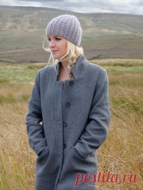 Модная шапка резинкой спицами Bree с описанием текстурного узора от Ким