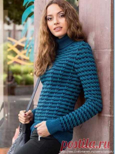 Пуловер с трехцветным узором из снятых петель