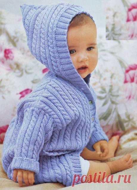 Пальто для новорожденного, вяжем спицами можно использовать как 100%-ную мериносовую шерсть, так и пряжу с другим составом (например, пряжу Nako Bambino — шерсть 25%, акрил 75%, 130 м/50 гр). При росте вашего малыша 62-68 см понадобится 300 граммов пряжи.
