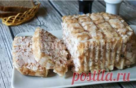 Куриный сальтисон для супер-бутербродов - затрат минимум, усилий -тоже Куриный сальтисон хорошая замена колбасе, Можно подать на стол с горчицей, как холодец, а можно, как бутерброд, положив кусочек сальтисона на серый хлебушек     2 кг куриного мяса (можно грудку+окорочка)  35 г. желатина  соль, душистый перец  лавровый лист  специи, чеснок по желанию