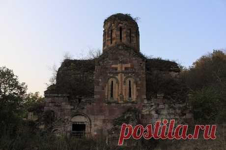 Խուճապի վանք - XIII դարի հայկական ճարտարապետական հուշարձան է պատմական Գուգարքի Բողնոփոր գավառում, այժմ ՀՀ Լոռու մարզի Թումանյանի շրջանում: Խուճապի վանքը (XIII դ) գտնվում է Լոռու մարզի Պրիվոլնոյե գյուղի մոտակայքում, Լալվար լեռան հյուսիսային լանջին։ 9-10 դարերում կառուցվել է համալիրի ամենահին եկեղեցին, որը միանավ բազիլիկ կառույց է և հիմնադրման առաջին տարիներին գործել է որպես հայադավան մենաստան, իսկ XIII դ Զաքարյանների տիրապետության շրջանում վերածվել է քաղկեդոնի վանքի։