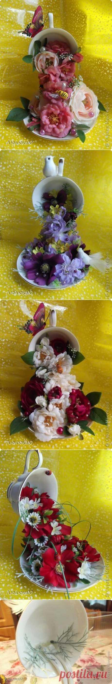 Декор кофейной чашки цветочным водопадом.