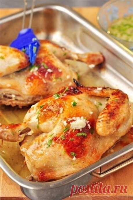 Обалденная жаренная курочка с чесночным соусом  Ингредиенты:  -Курица - 1,8 кг.  Маринад:  -Вода - 500 мл., -Сахар - 1 ст.л., -Соль - 3 ст.л., -Белый бальзамический винный уксус (в крайнем случае, думаю, можно яблочный 5%) - 50 мл., -Лавровый лист…
