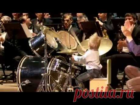 3 летний барабанщик играет с симфоническим оркестром