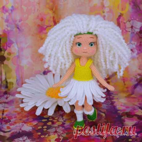 Девочка Ромашка. Амигуруми кукла крючком Предлагаем вам связать нежную и воздушную девочку Ромашку.Из тоненькой ниточки девочка получается совсем крошечной, но если взять пряжу потолще, куколка будет повыше. Кукла вяжется с ромашкой.