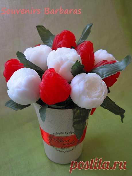 """Букет из сувенирного мыла ручной работы """"белые пионы и красные бутоны тюльпанов"""""""