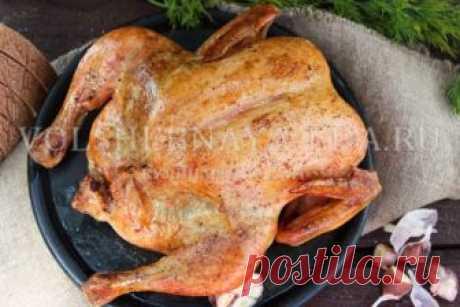 Курица в духовке по Блюменталю Назвать этот рецепт необычным будет нечестно - в профессиональных кулинарных кругах он хорошо известен. Правда, не каждый повар рискнет его приготовить, узнав, сколько на это требуется времени! Для тех же, кто, как и  мы, не ищет легких путей, а изучает искусство приготовления еды с чувством, толком и расстановкой, выкладываем мастер-класс курицы по Блюменталю со всеми подробностями.