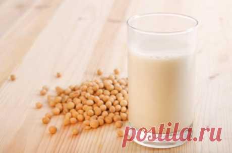 Польза соевого молока Основная польза соевого молока состоит в том, что оно может стать прекрасным заменителем обычного, так как в нем не содержится лактозы. Поэтому его смело могут потреблять люди, страдающие от непереносимости лактозы. Также благодаря растительному происхождению оно вполне подходит...