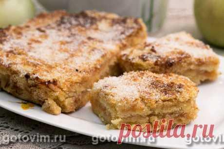 Насыпной пирог с яблоками по-болгарски. Рецепт с фото В рецепте насыпного пирога с яблоками по-болгарски, помимо обычной муки, используется манка. Её смешивают с остальными ингредиентами для получения сухого теста. При добавлении охлажденного сливочного масла и прослаивании сухого теста тертыми яблоками, пирог становится похожим на пирожное с яблочным кремом. По желанию за несколько минут до окончания выпечки пирог посыпают смесью сахара с молотой корицей, что придает ябло...