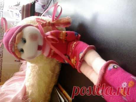 Эту куколку я сделала из 3 носочков. Могу описать, но при рассмотрении и так все видно....Плюс несколько нехитрых деталей для оформления куколки. Для обучения этому незамысловатому рукоделью можно на примере...ссылка прилагается!