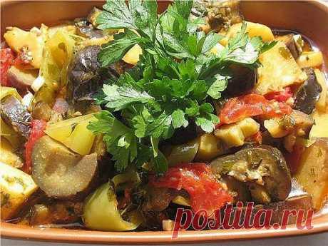 Аджапсандал это дежурное летнее блюдо, которое готовится в бесчисленных вариациях