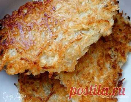 Драники. Ингредиенты: картофель, лук репчатый, мука