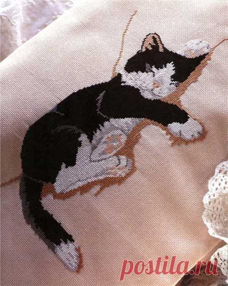 """Идея для подушки — вышивка крестом """"Спящая кошка""""(со схемой) Идея для подушки -- вышивка крестом """"Спящая кошка""""      (с)"""
