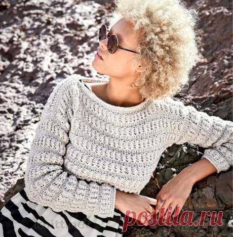 Короткий рельефный пуловер спицами Короткий рельефный пуловер. Изысканные поперечные полоски этого короткого пуловера выглядят так, как будто их специально присборили.