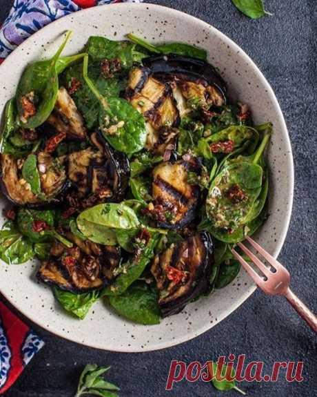 Овощной салат из баклажанов с чесночно-лимонной заправкой