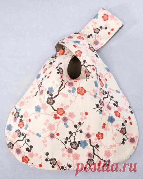 Японская сумка-узелок своими руками Вам понадобится:Хлопок двух цветов (сумка двухсторонняя, поэтому подбирайте соответствующие цвета и принты)Ножницы для шитьяМаркер для тканиШаг 1 Увеличьте на 200% и распечатайте выкройку. Шаг 2 Выкро...