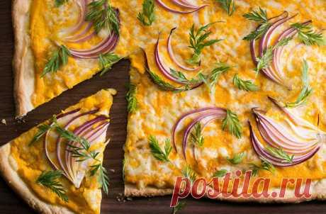 Морковная пицца со сливочным сыром и красным луком