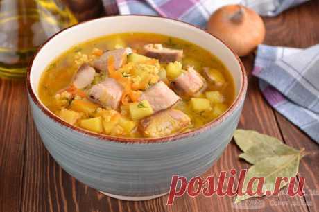 Суп из горбуши с пшеном.  Готовим вкуснейший суп из горбуши, картофеля, моркови, репчатого лука, помидора и пшена. Для сытности морковку, томат и лук обжариваем в масле.