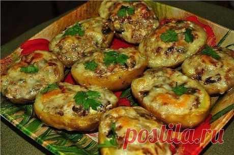 """""""Лодочки из картошки в мундире"""" Ингредиенты: - 8 крупных картофелин - 200 грамм ветчины - 150 грамм твердого сыра - стакан сметаны любой жирности - половина луковицы - половина пучка укропа - половина пучка петрушки - соль - молотый перец по вкусу Приготовление: 1. Картофелины хорошо моем и отвариваем в мундире, охлаждаем и чистим. 2. Далее разрезаем каждую картофелину пополам вдоль и осторожно вынимаем мякоть ложкой из серединки. 3. Ветчину и лук мелко нарезаем, сыр нат."""