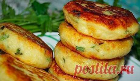 Действия Картофельные биточки с луком и сыром. Для приготовления потребуется: картофель- 1 кг яйца- 2 шт мука- 0,5 стакана зелёный лук-небольшой пучок сыр- 30гр соль- по вкусу растительное масло - для жарки Картофель очистить и отварить в подсоленной воде до готовности,минут 40 и более, воду слить и слегка остудить отварной картофель, размять в однородное пюре и полностью остудить. Сыр натереть на мелкой тёрке,зелёный лук мелко нарезать. В подготовленное пюре добавить яйца и муку и перемешать д