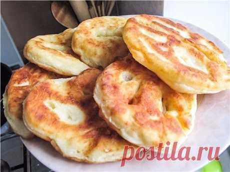Обалденные картофельные пышки, которые тают во рту  Картофельные пышки пористые на срезе, с золотистой хрустящей корочкой, вкусные, воздушные, очень нежные, можно есть как горячими, так и холодными. Но горячие пышки хорошо бы обмакивать в сметану или в сметанный соус с зеленью.  Эти вкусные картофельные пышки (или пончики) делаются из дрожжевого теста с добавлением отварного размятого картофеля.  Ингредиенты: картофель; мука - 1/2-1 стакан; яйцо - 2-3 шт.; сухие дрожжи - 1...