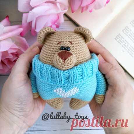 Мишка в свитере амигуруми. Схемы и описания для вязания игрушек крючком! Бесплатный мастер-класс от Елены Александровой по вязанию маленького мишки в свитере. Высота вязаного крючком медвежонка примерно 14 см. Для изготовле…