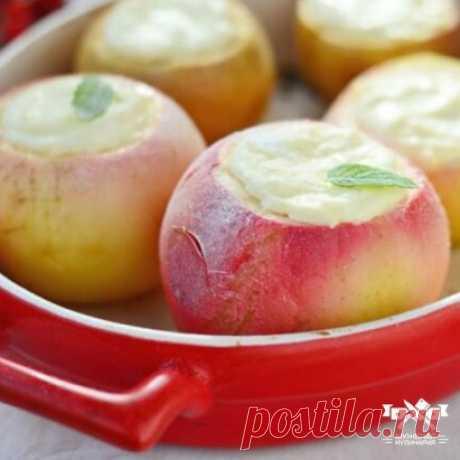 Запеченные яблоки с зернистым творогом Ингредиенты:  яблоки — 5 шт.  творог зерненый — 150 г  яичный желток — 1 шт.  изюм белый — 50 г  сахар (мед) — 40 г  ванилин — ½ ч.л.  корица молотая — ½ ч.л. Приготовление: 1. Плоды вымыть и обсушить, удалить сердцевину. 2. Зернистый творог протереть через сито или взбить при помощи блендера. Добавить желток, корицу, сухофрукты, ванилин из пакетика. Перемешать. 3. Вместо сахара можно положить мед или светлый изюм без косточек. 4. Нафар