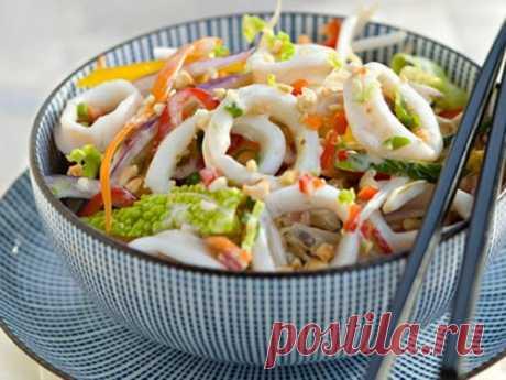 5 вариаций салата с кальмарами на Новый Год 2020 На Новый год многие хозяйки позволяют себе такую роскошь, как морепродукты. Часто их выбор падает на кальмаров, так как это универсальный продукт, который выгодно подчеркивает любое блюдо.