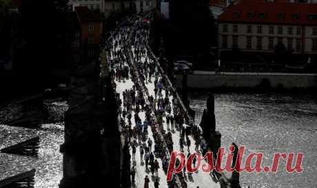 На Карловом мосту в Праге устроили праздничный ужин за 500-метровым столом — отметили окончание карантина, без масок и дистанции