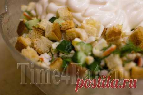 Салат с курицей, крабовыми палочками и сухариками | Пора перекусить!