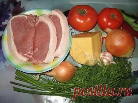 Свинина под сырно-томатной подушкой.  Результат поразил меня самого. Очень, очень сочное и вкусное мясо!  Ингредиенты: (на форму 28x18 см., 3 порции) 3 эскалопа (или отбивных) 2 помидорки 2 репчатых луковицы 150 гр. сыр зелень укропа 3 зубчика чеснока соль + специи на ваш вкус  Приготовление: Если мясо у вас большим куском - нарезать на отбивные 1,5 см. толщиной. Слегка отбить. Лук режем полукольцами. Помидорки режем толстыми кружками. Сыр трём на крупной тёрке. Чеснок реж...