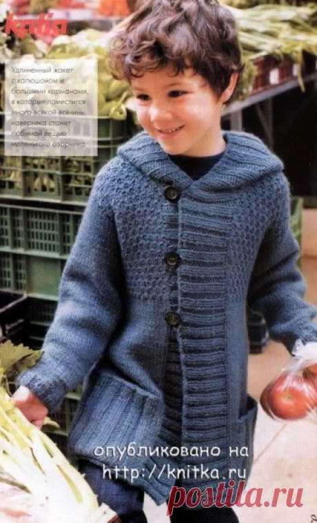 La chaqueta con la capucha para el muchacho